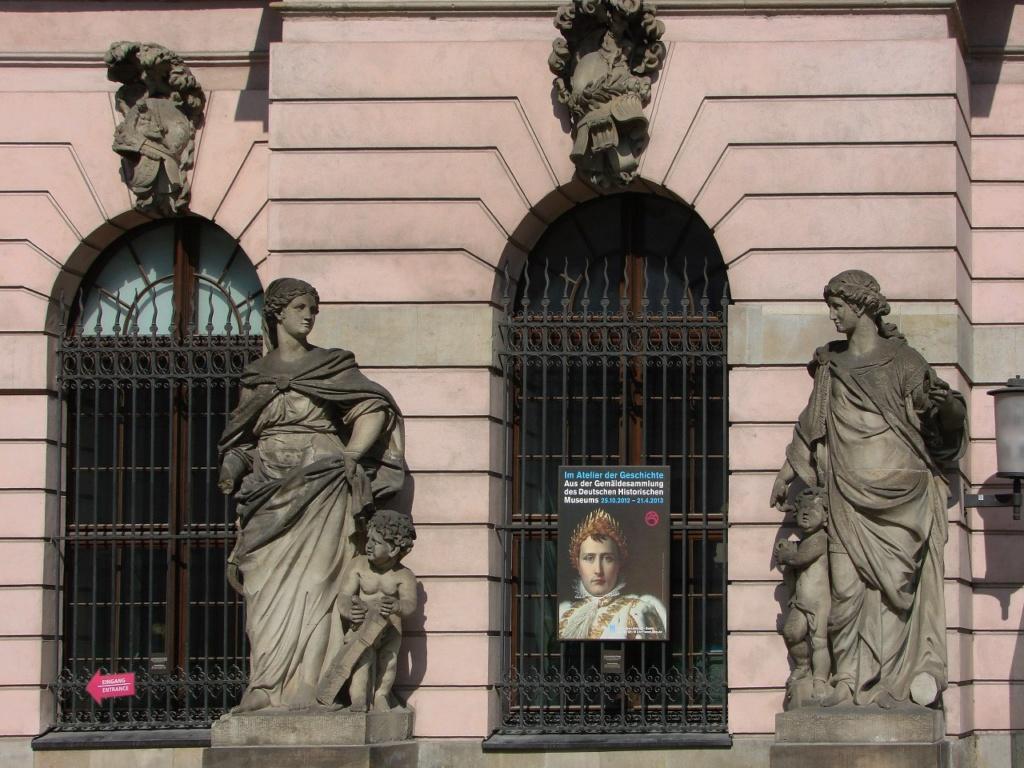 Арх. Андреас Шлютер. Здание Берлинского арсенала. Главный фасад. Четыре женские фигуры символизируют пиротехнику, арифметику, геометрию и механику. Объявление сообщает, что внутри открыта выставка, посвященная Наполеону.