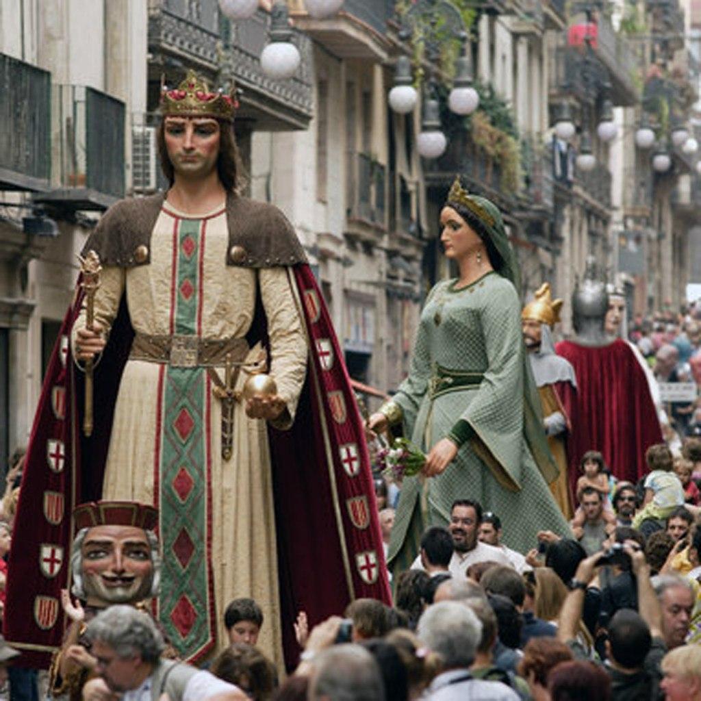 Фестиваль Ла Мерсе в Барселоне Шествие гигантов. Рыцарь и Прекрасная дева...