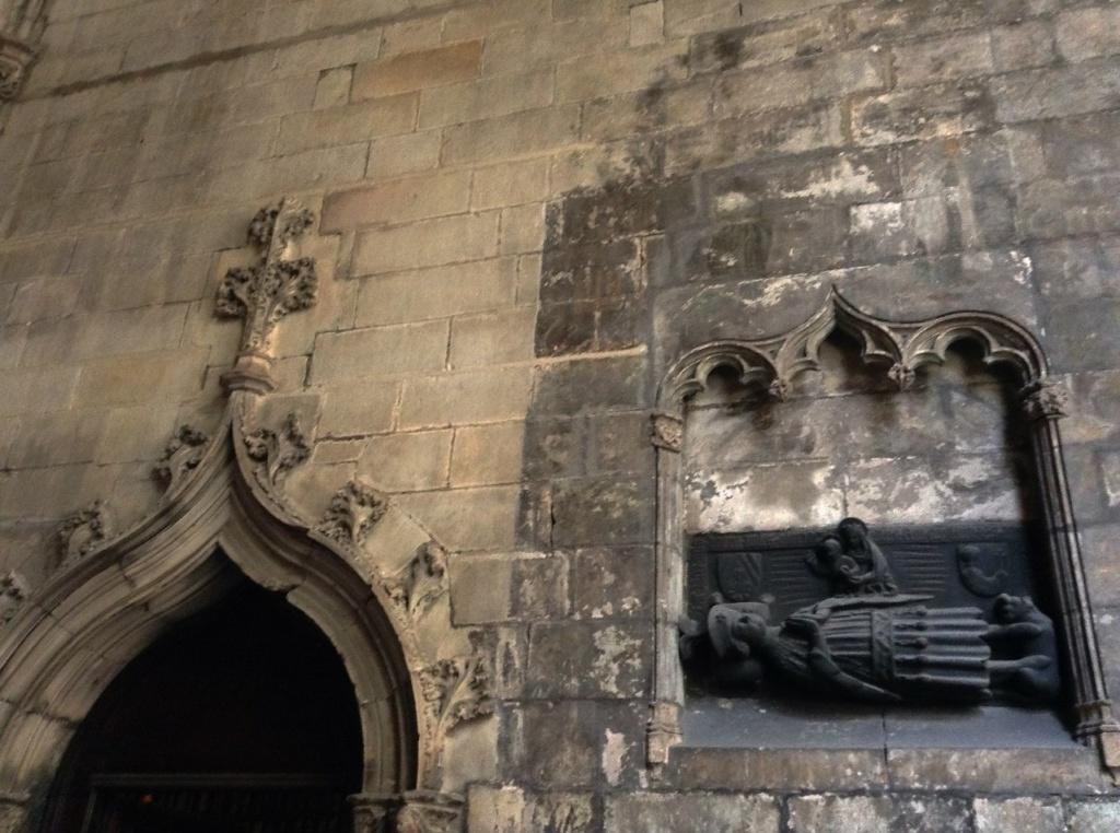 Клуатр в Кафедральном соборе Барселоны. Рядом с порталом - ниша, в которой изображен сюжет похорон рыцаря, отдавшего жизнь в борьбе с мусульманами, - думаю я.