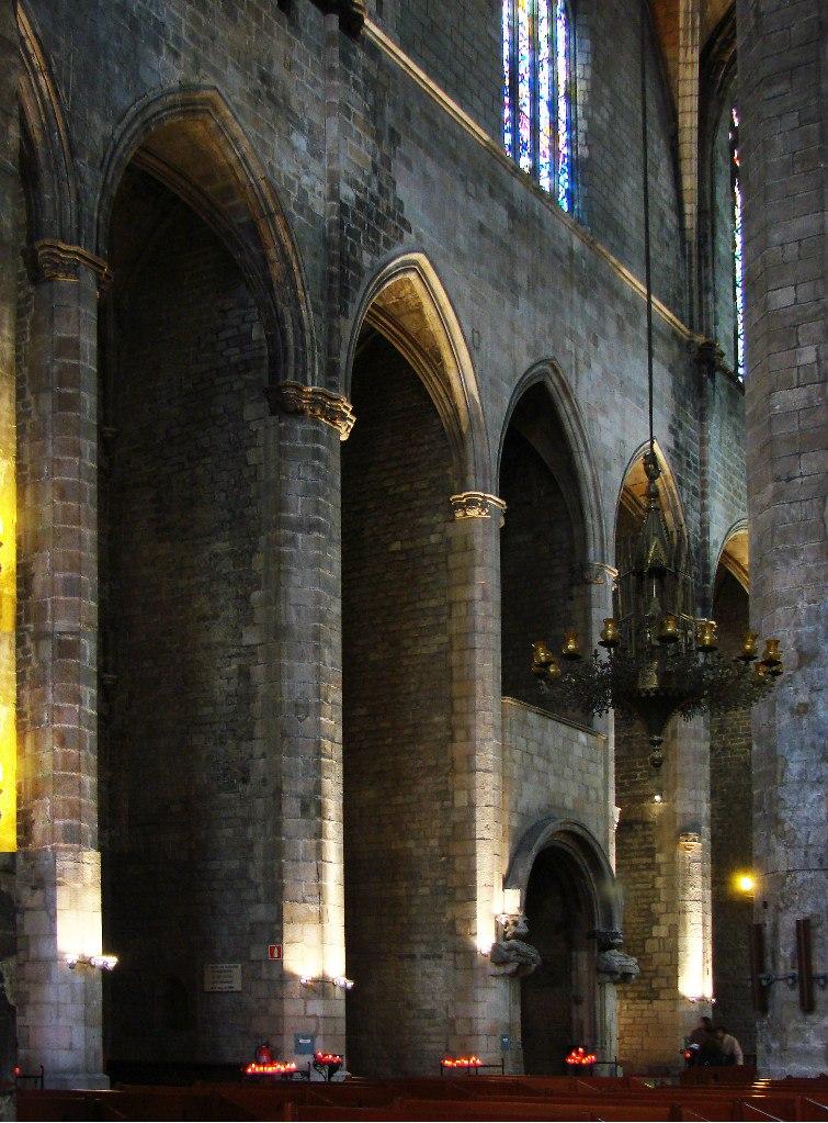 Интерьер собора Санта-Мария-дель-Мар. В крайнем нефе за стеной с чудесными стрельчатыми арками прячутся капеллы, посвященные особо почитаемым святым. Фото М. Бреслав.