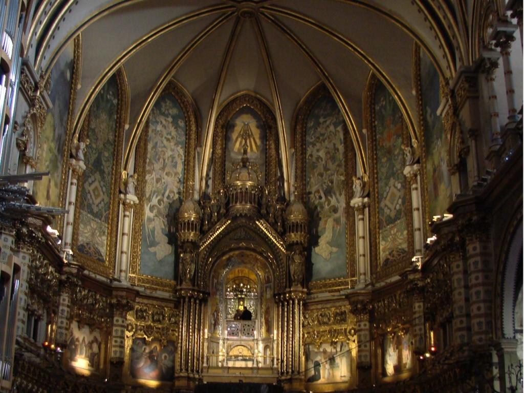 Полотна в верхней и нижней частях апсиды и запрестольная композиция в центре ее. Фото М. Бреслав.