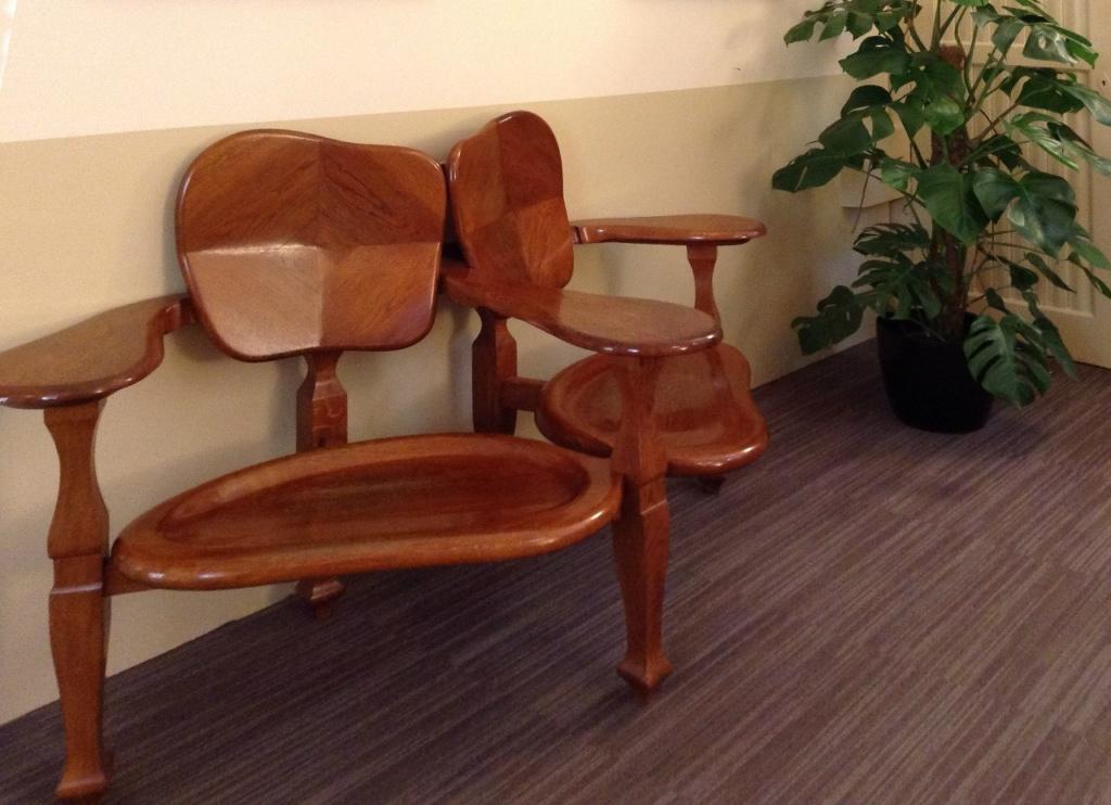 Двойное кресло обтекаемой формы из полированного бука - единственное подлинное произведение Гауди, что выставлено в экспозиционной квартире Каса Мила, в которой ранее архитектором был разработан весь дизайн жилых помещений.