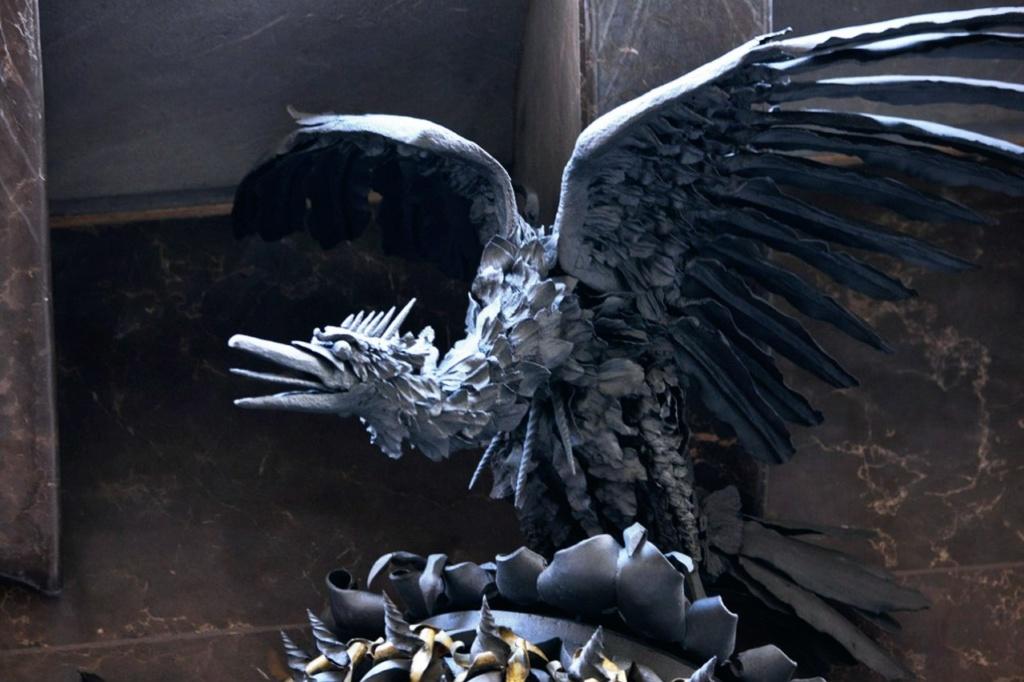 Дворец Гуэля. Главный фасад, выходящий на узкую улицу Nou de la Rambla. Гнездо молодого орла, расправляющего крылья, - символ Каталонии.
