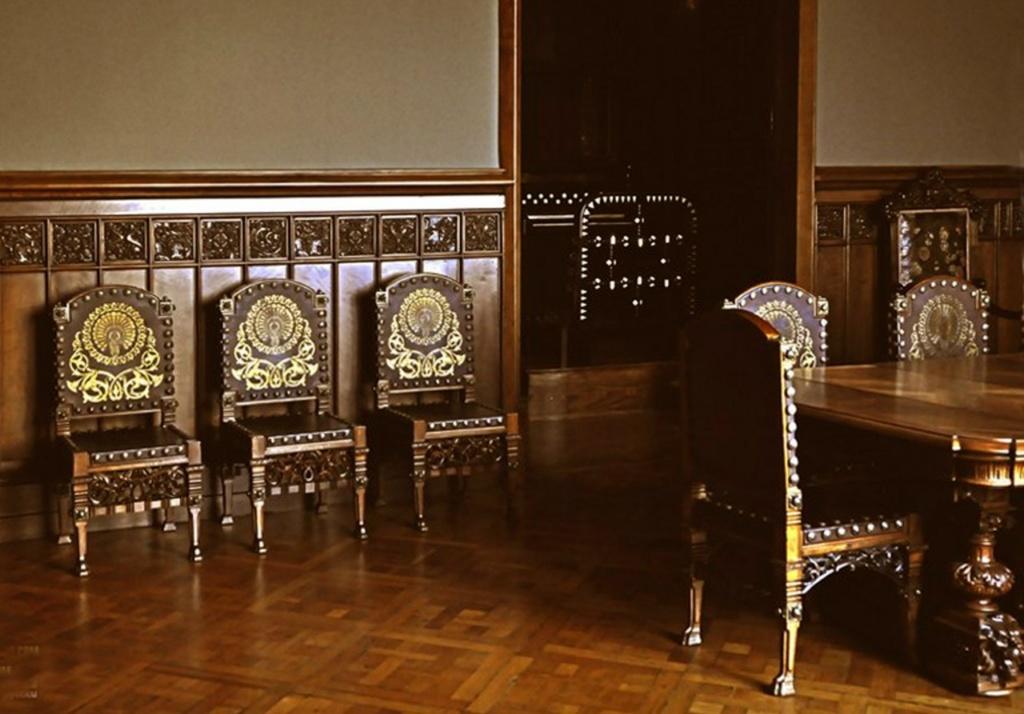 Барселона. Дворец Гуэля. Арх. Антонио Гауди. 1890 год. БЕЛЬЭТАЖ. Семейная столовая. Стол и стулья.