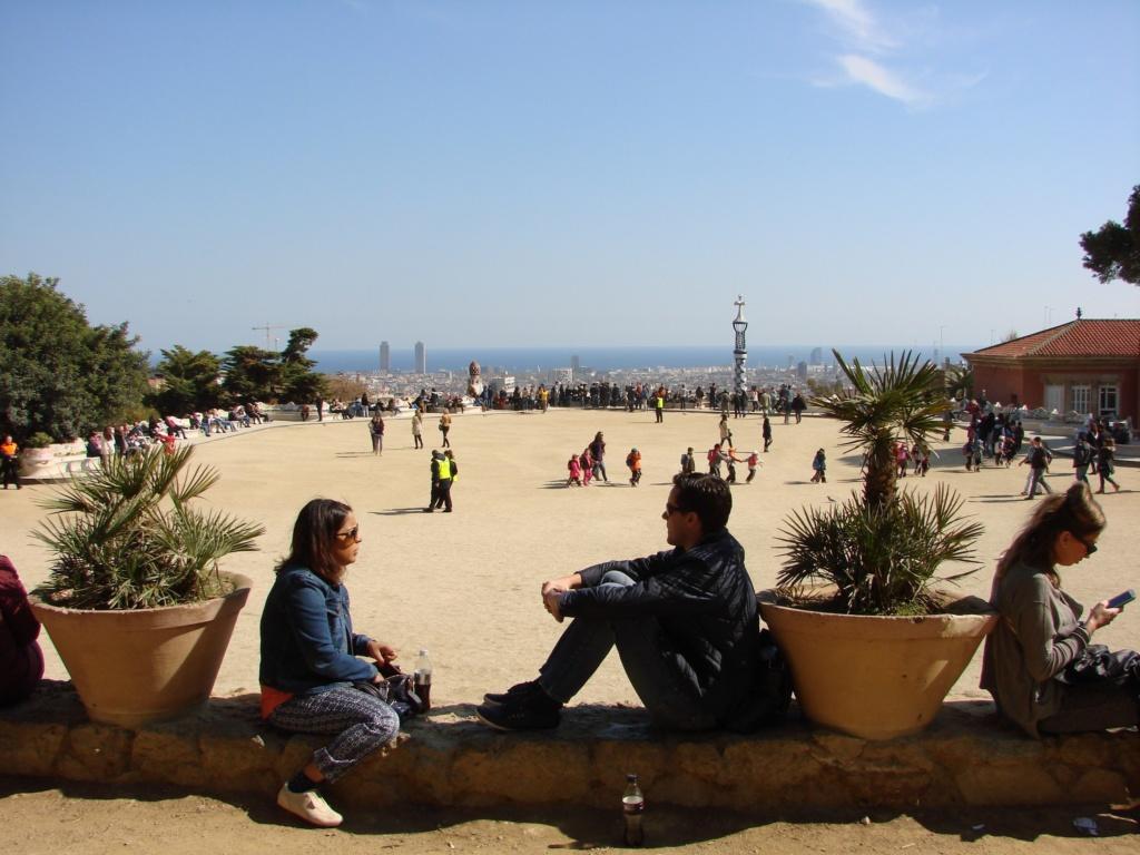 Осевая точка в самом верху террасы или общественной площади. Точка занята пальмой в горшке. Когда молодые люди уйдут, я пристроюсь на их месте, чтобы погрузиться в соотношение Парка, Барселоны, Моря и Неба... Мои подруги ушли в гору.