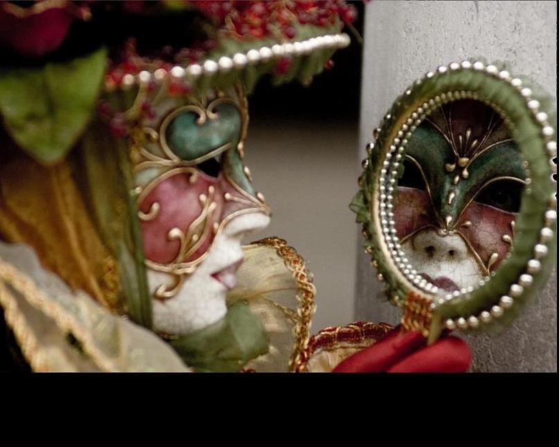 Удивителен образ венецианской маски, смотрящейся в зеркало. По древним поверьям зеркало - дверь или окно в другой мир. Кто смотрит на кого - догадайтесь...
