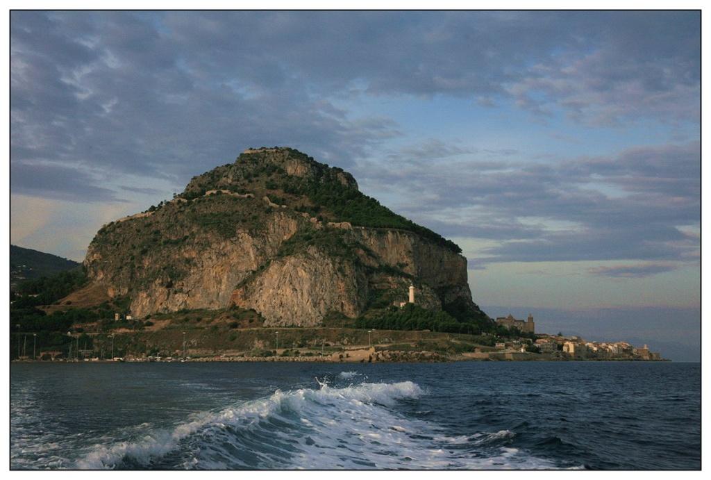 Остров Сицилия, что традиционно считается местом, где жили горгоны и была убита Медуза. Её изображение до сих пор украшает флаг этого региона. Сицилия - место пристанища Караваджо...