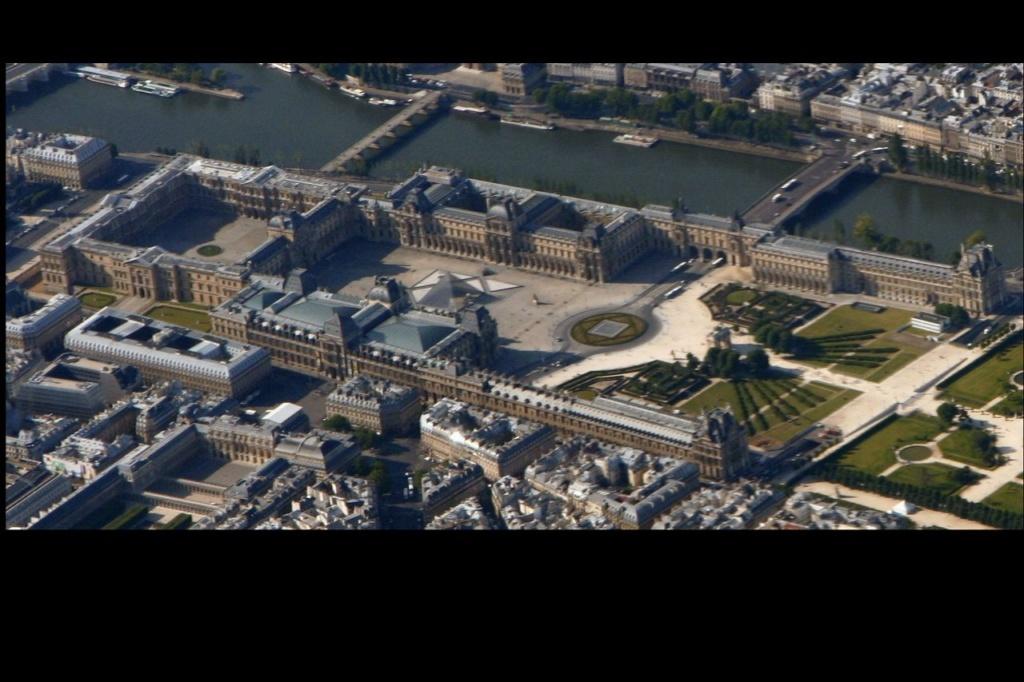 Вид на Лувр с высоты птичьего полета.