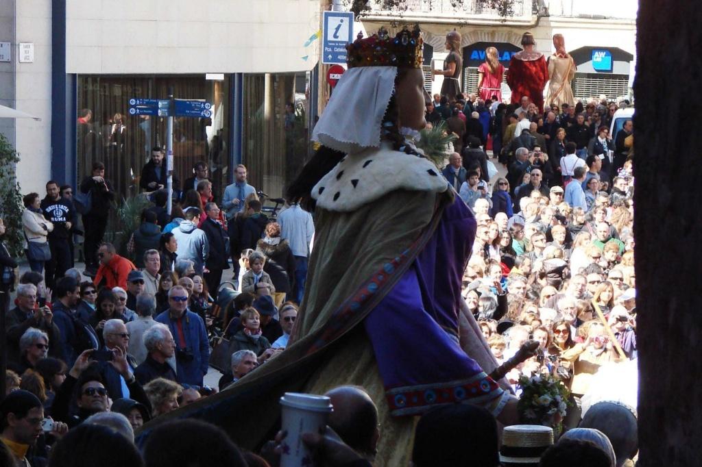 Фестиваль Ла Мерсе в Барселоне Шествие гигантов. Ее Величество Королева...