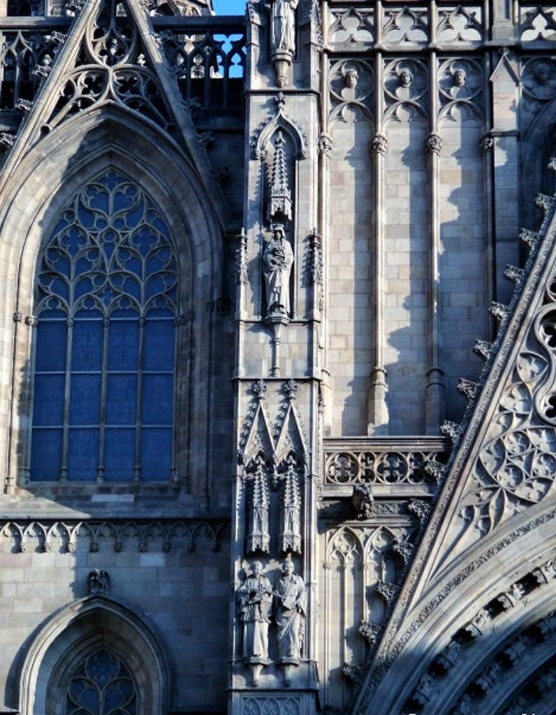 """Главный фасад Кафедрального собора в Барселоне, выполненный на рубеже XIX - XX веков в неоготическом стиле, вобравшем в себя декоративизм подлинно готических стилей XII - XV веков: Раннего, """"Пламенеющего"""", Позднего."""