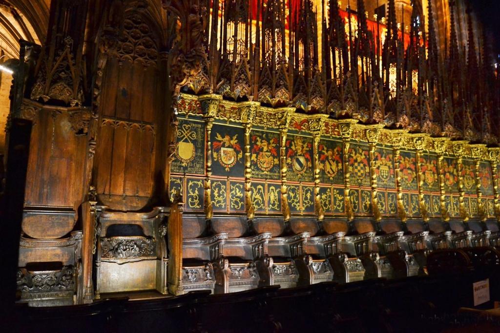 Знаменитые кресла рыцарей Золотого руна,. Над ними - гербы рыцарей, нарисованные для собрания ордена в 1519 году. Кресла и епископская кафедра — работа Са-Англады, а венчающие их пинакли — произведение немецкого мастера Лохнера (завершены в конце X