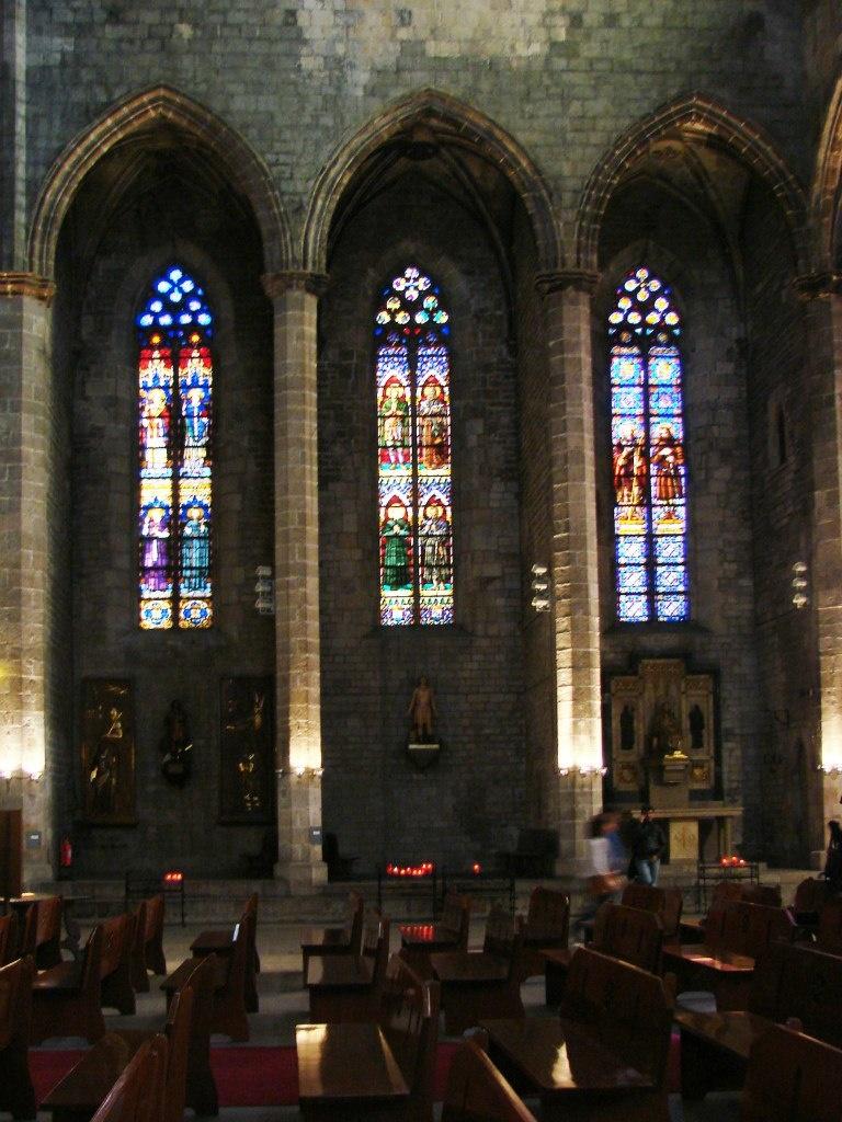 Интерьер собора Санта-Мария-дель-Мар. Вид на освещенные витражами капеллы, украшенные живописью,. скульптурой. Есть и капеллы-поминальни знатных прихожан. Фото М. Бреслав.