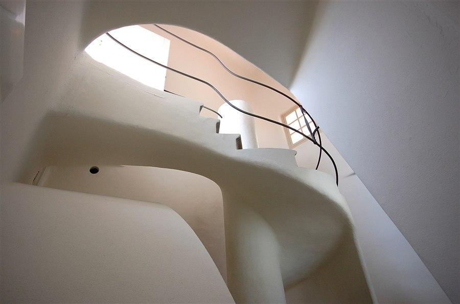 Каса Бальо. Антонио Гауди. 1906. Мансарда. Извив лестницы, ведущий на крышу или позволяющий спуститься вниз.
