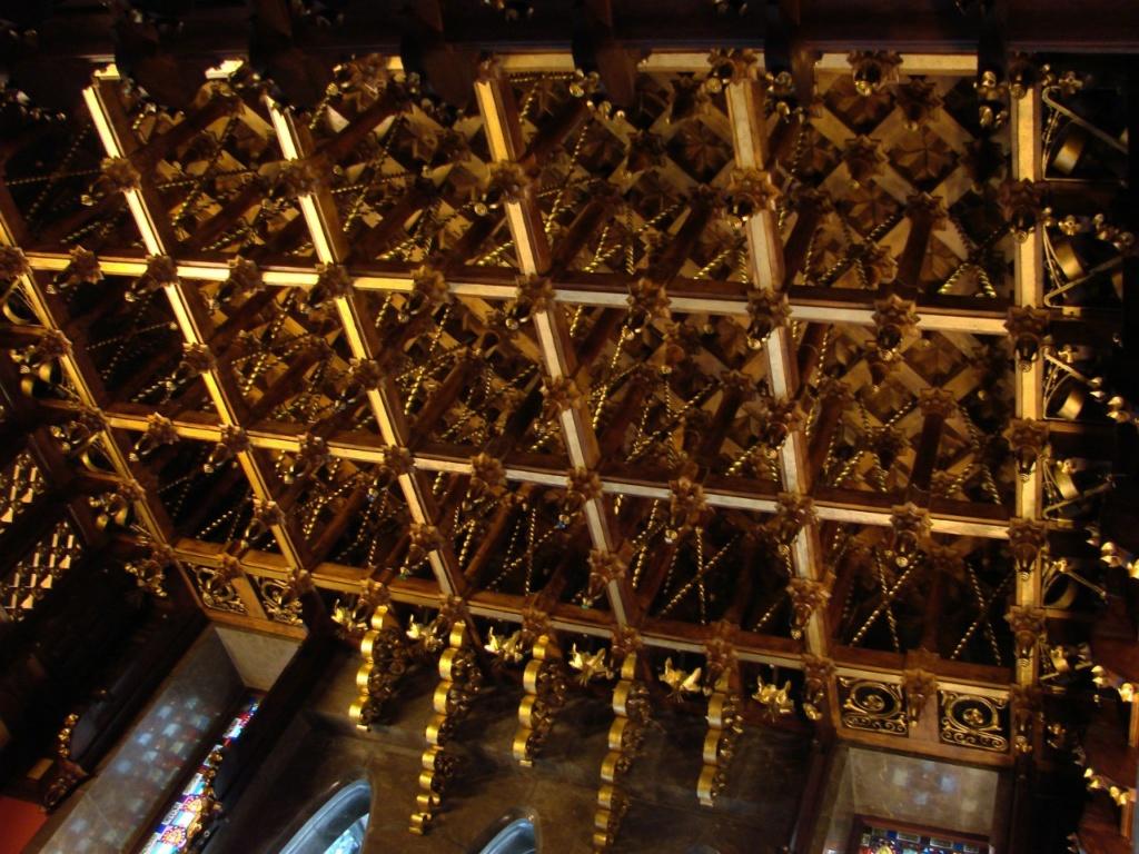 Барселона. Дворец Гуэля. Архитектор Гауди. 1885—1890 годы Бельэтаж. Приемный зал для высокопоставленных лиц. Вид на золотой деревянный потолок, забирающий все внимание.