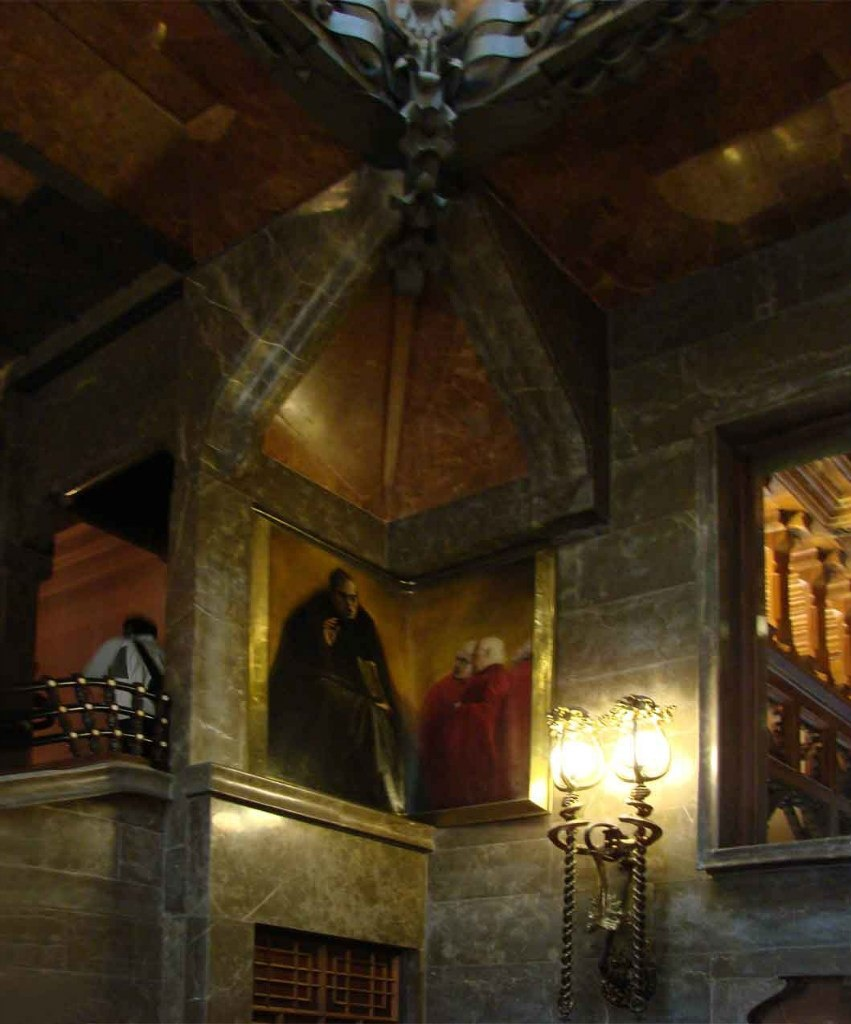"""Дворец Гуэля. Бельэтаж. Угловое настенное панно под навесом - """"Философ Жауме Бальмес"""". Автор - Алейша Клапес: художник из Реуса, где родился Гауди."""