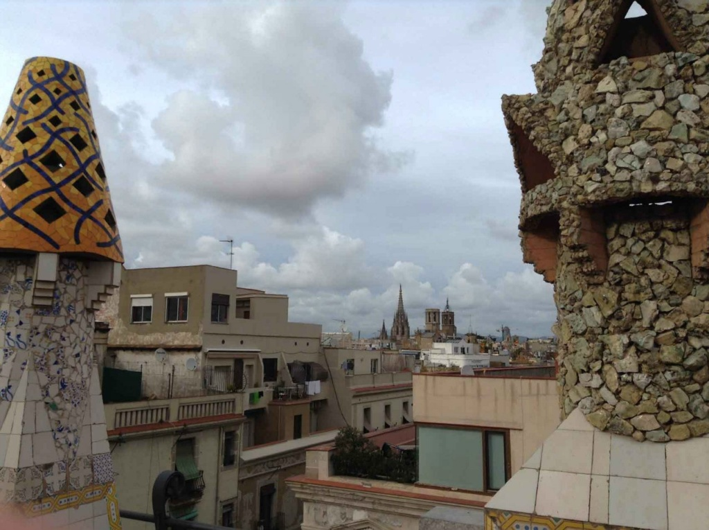 Вид на Барселону с крыши Дворца Гуэля.
