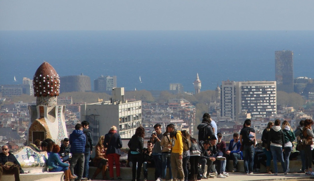 Вид на Барселону и Средиземное море с террасы Парка Гуэля.