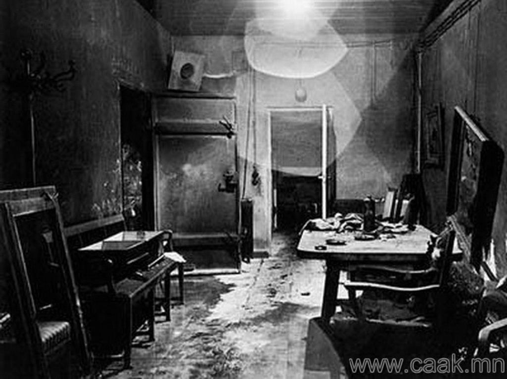 Разрушенный и разграбленный бункер Гитлера в Берлине.