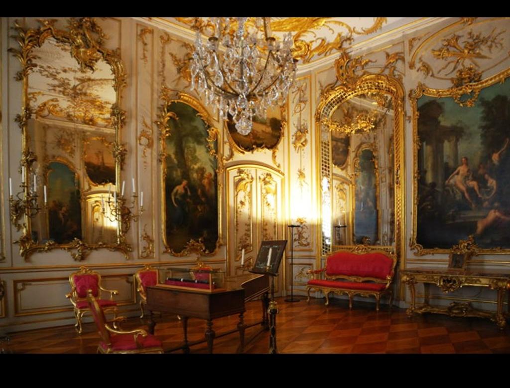 Сан-Суси́ (от фр. sans souci — без забот) — дворцово-парковый ансамбль, возведенный в Потсдаме в 1745—1747 годы по эскизам Фридриха Великого близким другом короля — архитектором Георгом Венцеслаусом фон Кнобельсдорфом.