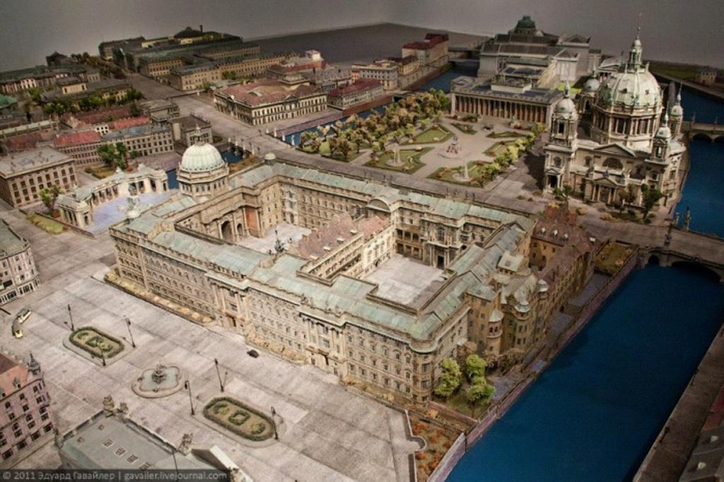 """Подробнейший макет исторической части Берлина. На переднем плане - Городской дворец, за ним Кафедральный собор, Люстгартен (""""Сад Утех"""") и знаменитые музеи Берлина. МАКЕТ - ВООБРАЖАЕМАЯ РЕАЛЬНОСТЬ, ЧТО КОГДА-ТО БЫЛА."""