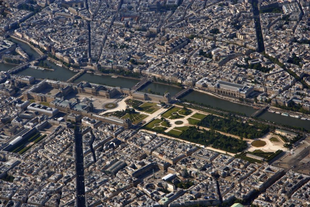 """Современный вид Парижа с Сеной и Лувром на ее берегу. Под видимой частью - подземный музей """"Средневековый Лувр"""" с остатками крепости, не уступающий по популярности катакомбам и подземному музею римской Лютеции на Сите."""