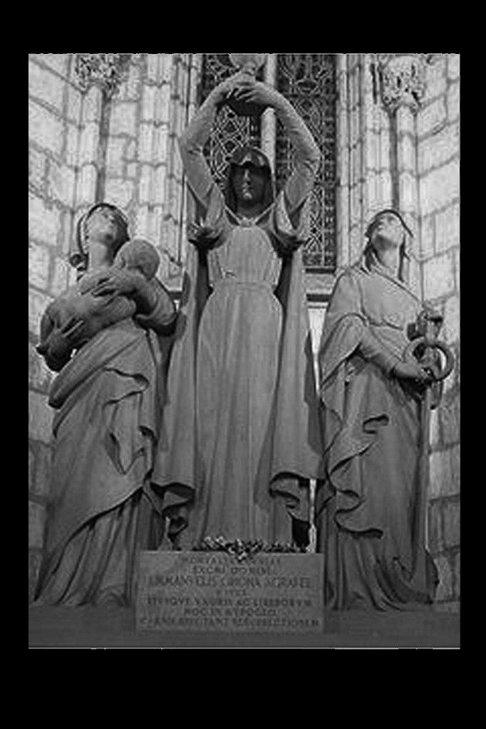 Мавзолей – усыпальница семьи Жирона в клуатре Кафедрального собора Барселоны. Об усопших говорят лишь хорошее... Значит, я молчу.