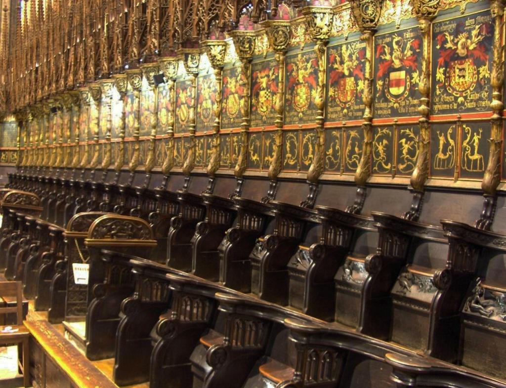 Кафедральный собор в Барселоне Деревянные кресла, украшенные разноцветными позолоченными гербами рыцарей Ордена Золотого Руна.