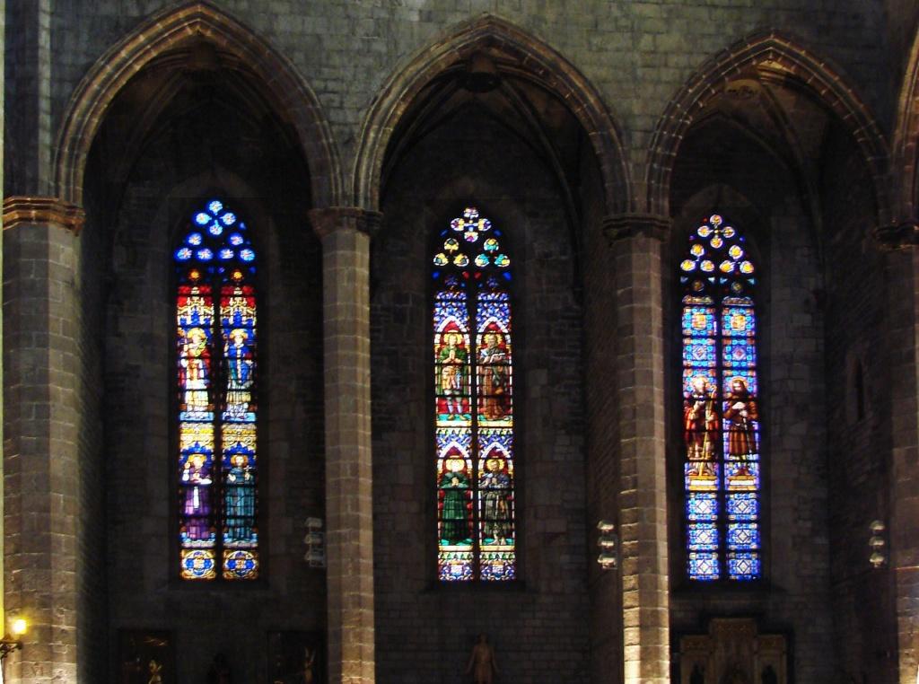 Интерьер собора Санта-Мария-дель-Мар. Витражи, подсвечивающие боковые капеллы-поминальни. Фото М. Бреслав.