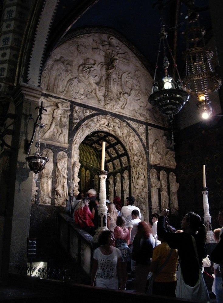 Вход, ведущий в Тронный зал, где восседают Мадонна с Младенцем.