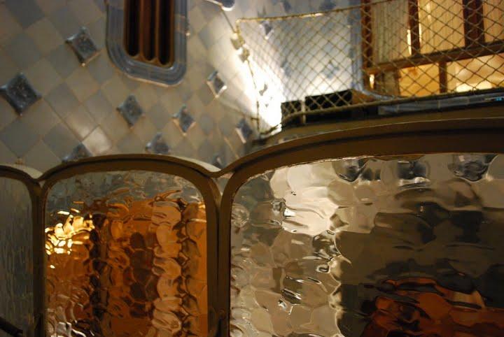 Барселона. Каса Бальо. Антонио Гауди. 1906. Сочетание реальной стены и иллюзорной.