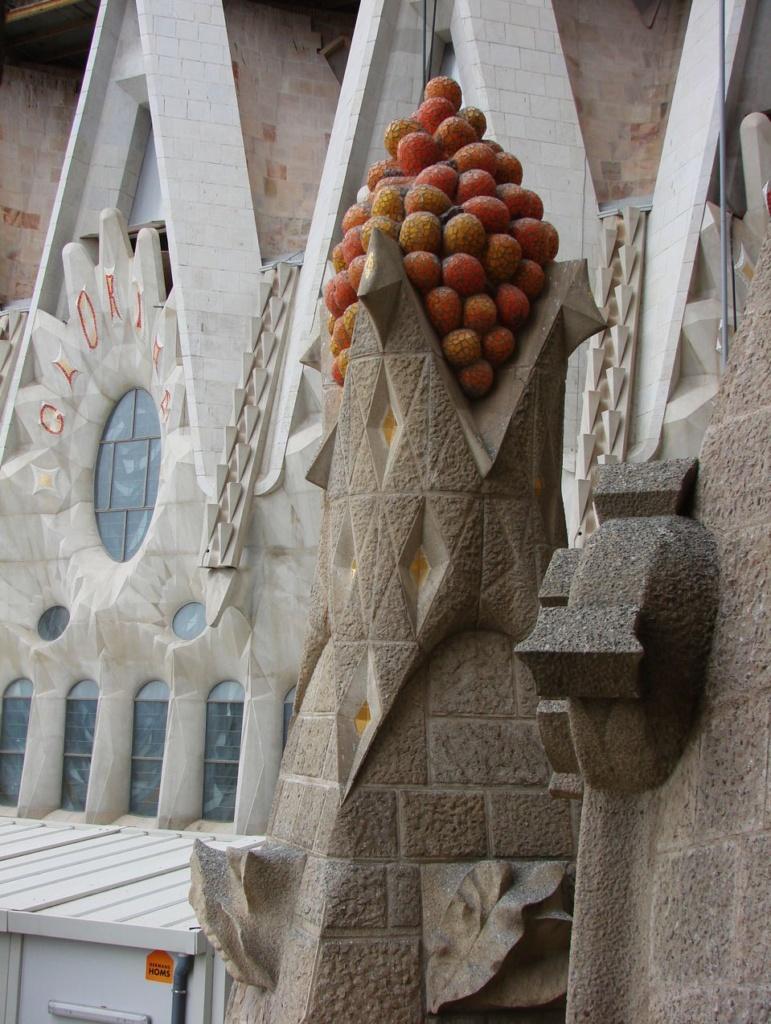 Все вертикали имеют свои завершия, символизирующие блага жизни земной...