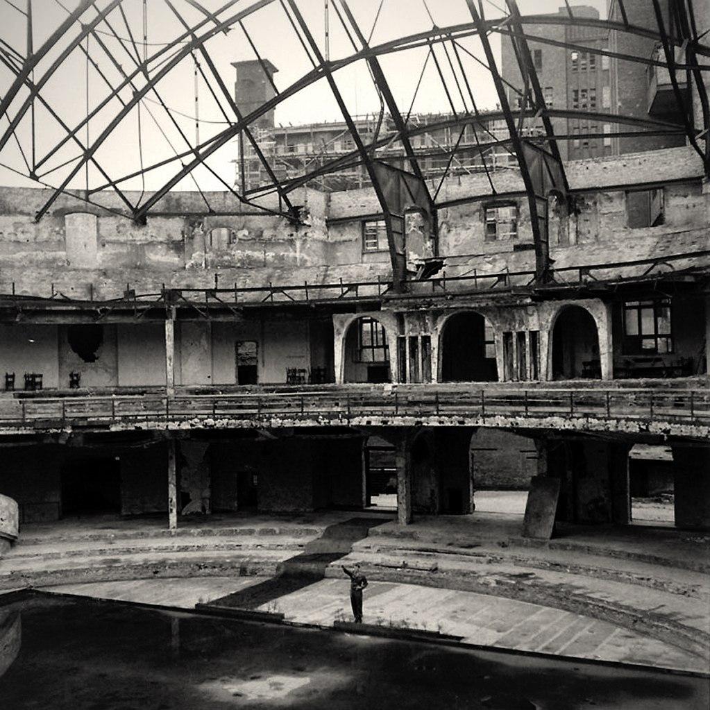 Берлин. Дворец спорта.. На фото рядовой первого класса Дуглас Пейдж стоит на месте, где обычно выступал со своими речами Гитлер.