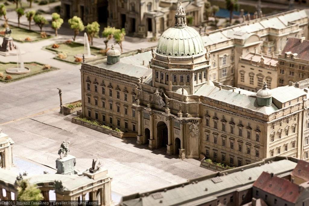 Подробнейший макет исторической части Берлина. На переднем плане - Городской дворец с купольным пространством, выполненным Шинкелем. Фасад Шлютера. МАКЕТ - ВООБРАЖАЕМАЯ РЕАЛЬНОСТЬ, ЧТО КОГДА-ТО БЫЛА.