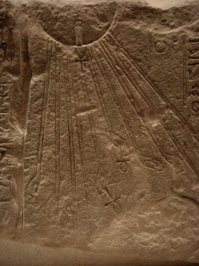 Фрагмент рельефа, на котором представлен культ Эхнатона.