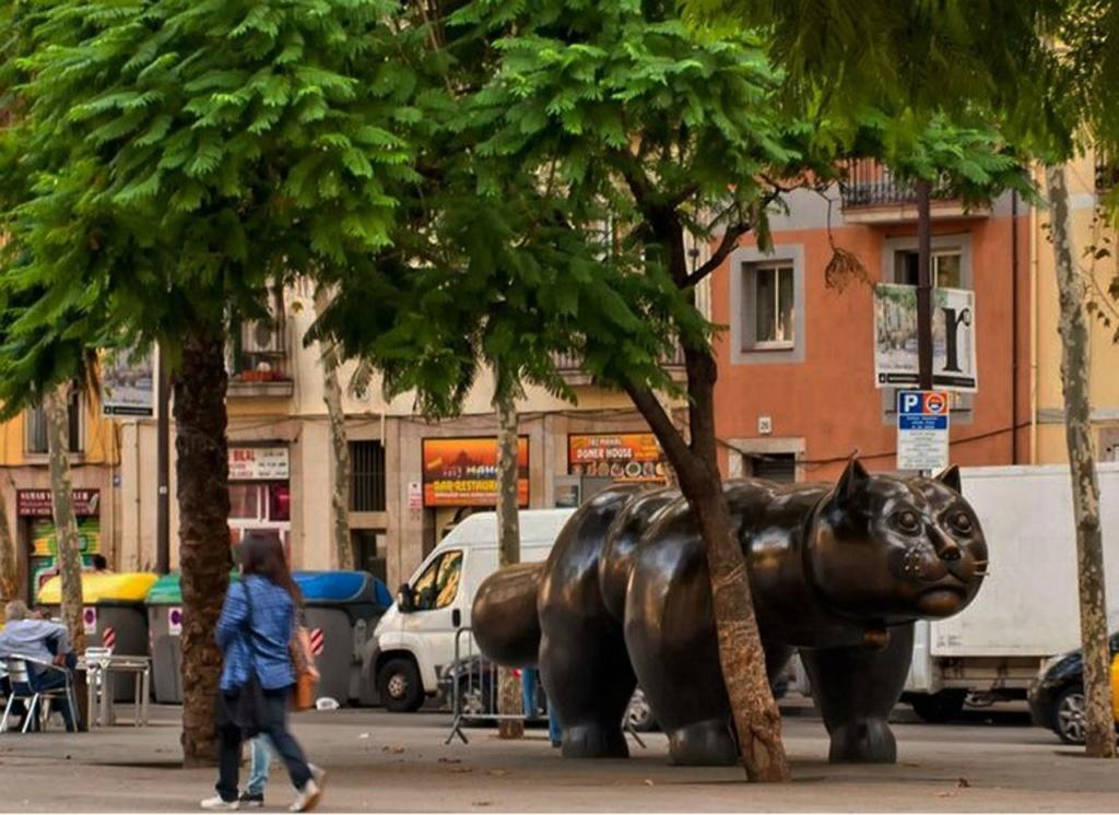 Котяра на Барселонских улицах, которого я, втайне от других, называю по-русски Барсиком...