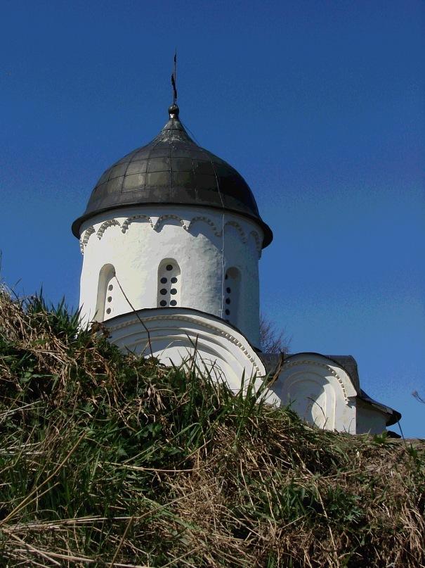 Собор Св. Георгия. Глава собора с шлемовидным куполом. Возведен в 1164 году в честь победы над шведами