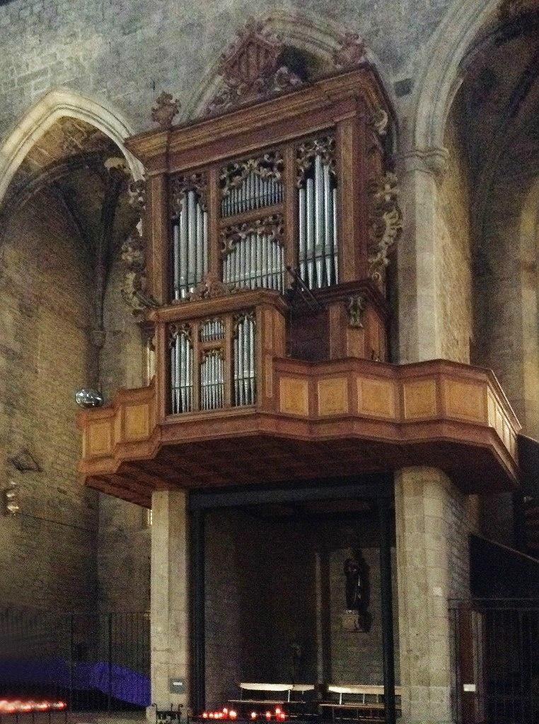 Интерьер собора Санта-Мария-дель-Мар. В храме есть орган и, наверное, отличный по звучанию. Фото А. Вьюгиновой.