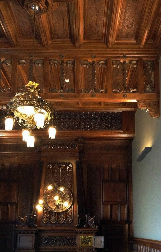 Барселона. Дворец Гуэля. Арх. Антонио Гауди. 1890 год. БЕЛЬЭТАЖ. Семейная столовая. Каминная стена. Потолок.