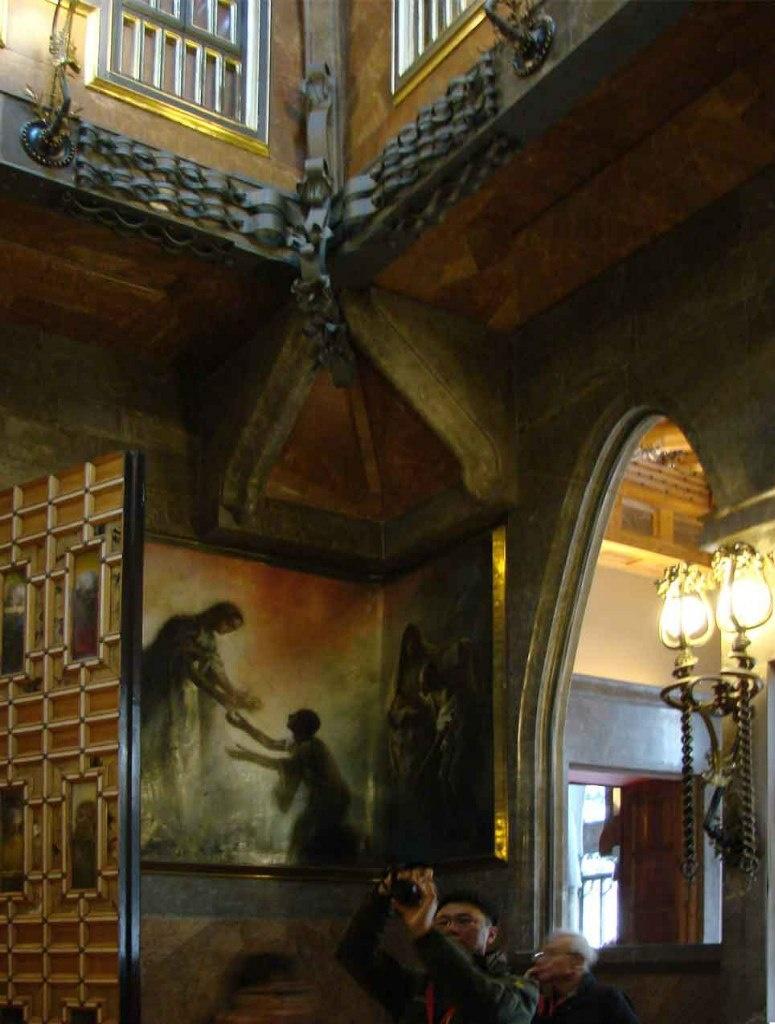 Дворец Гуэля. Бельэтаж. Одно из 4 угловых настенное панно, уже известное нам. Створки молельни-шкафа тоже украшены картинами по 6 с каждой стороны - всего 24. Входные двери имеют еще 24 картины. Значит, в бельэтаже всего 52 картины.