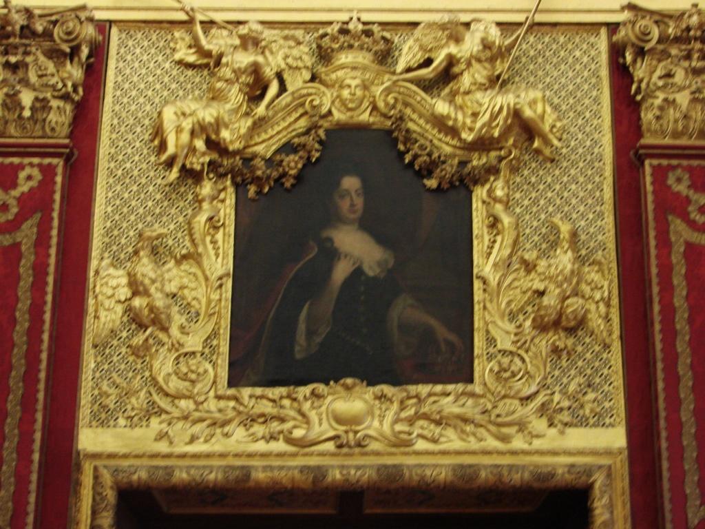 Шарлоттенбург. Дворцовые интерьеры. Портрет королевы Софии Шарлотты, любимый сын которой - Фридрих Вильгельм I -  ни в чем не был на нее похож. Она - республиканка. Он - деспот, задавшийся в своего лучшего друга - русского царя Петра I.