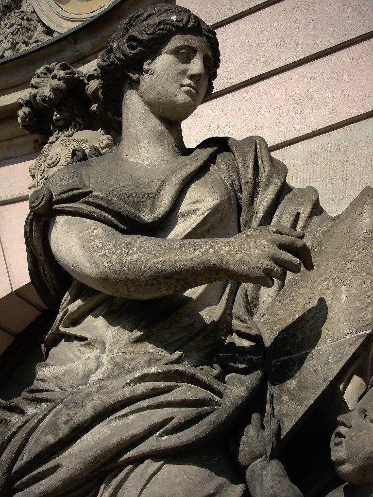 Арх. Андреас Шлютер. Здание Берлинского арсенала. Главный фасад, обильно декорированный - во славу Его... Четыре женские фигуры главного фасада в уровне первого этажа. символизируют пиротехнику, арифметику, геометрию и механику