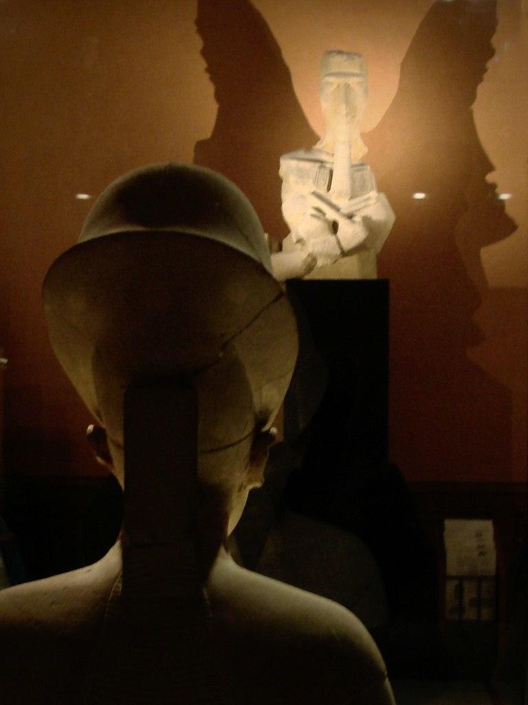 Аменхотеп IV - Эхнатон. Сам смотрю на себя. Говорят, фараон Эхнатон - Ирод Великий - Пётр I Великий - Великий Ленин. Город Солнца - Амарна - негатив снимает. Ждите продолжения темы. Ждите...