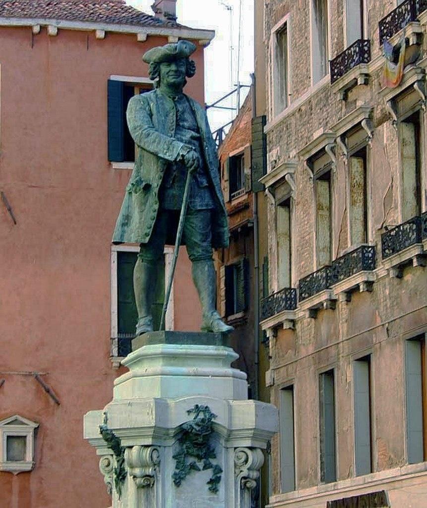 """Памятник знаменитому ловеласу, путешественнику и писателю Джакомо Казанове. В 1755 году он совершил побег из тюрьмы, историю которого опубликовал в 1787 году (""""История моего бегства...)"""". Это был единственный побег из тюрьмы."""