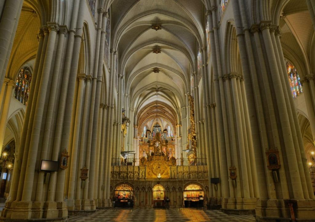 Толедский собор Святой Марии. Центральный неф с хорами в перспективе, обильно украшенный во славу Церкви. И Святой церкви тоже, просуществовавшей в фанатично-религиозной Испании до 1880 года, то есть четыре столетия.