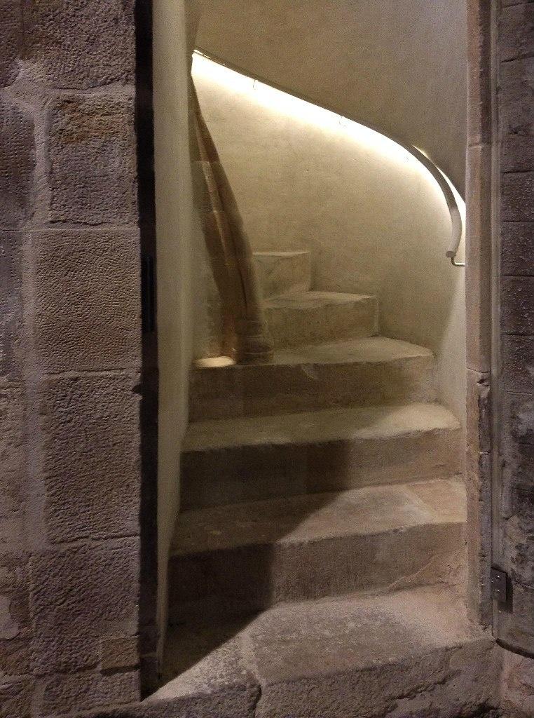 Интерьер собора Санта-Мария-дель-Мар. Лестница, ведущая на галерею в уровне второго яруса. Фото А. Вьюгиновой.