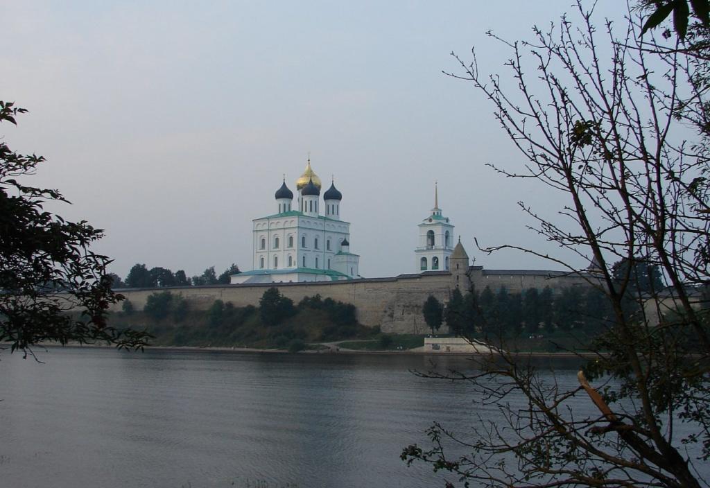 Вид на Псковский кром на правом берегу реки Великой