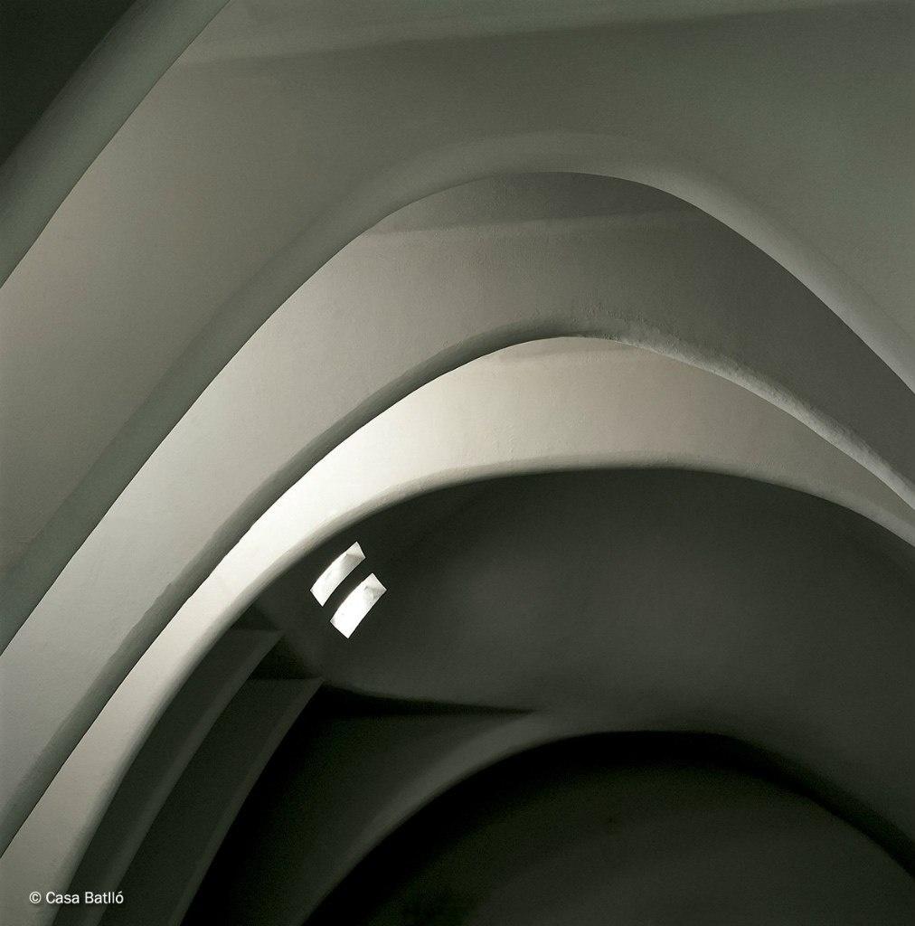 Каса Бальо. Антонио Гауди. 1906. Мансарда, похожая на чрево дракона, побеждаемого силами Гармонии - соразмерности, соподчиненности, уравновешенности.