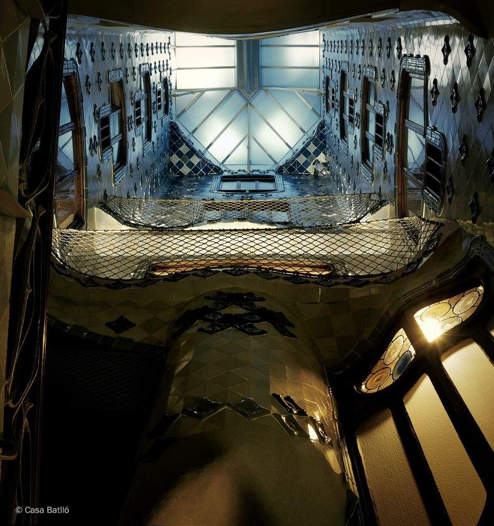 Барселона. Каса Бальо. Антонио Гауди. 1906. Вид на внутренний двор снизу вверх, в котором во всей определенности явлено сочетание двух тем: льющейся воды и восходящего солнечного света.