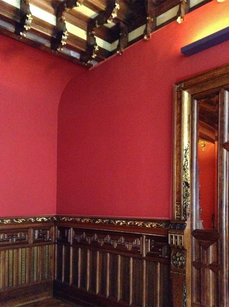 Барселона. Дворец Гуэля. Архитектор Гауди. 1885—1890 годы Бельэтаж. Дамская туалетная комната, примыкающая  к Приемному залу. Видно закругление стены - прием,  что постепенно станет типичным для Гауди.