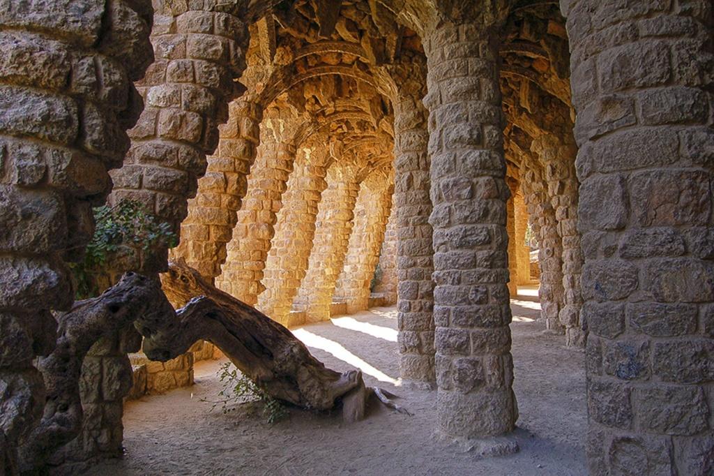 """Парк Гуэля. Средний (""""виадук Дерева"""") — в стиле барокко. В этом виадуке до сих пор растет рожковое дерево, похожее на древнее чудовище по образной силе своей."""